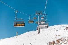 Οι ανελκυστήρες κατά τη διάρκεια της φωτεινής χειμερινής ημέρας στοκ εικόνα με δικαίωμα ελεύθερης χρήσης