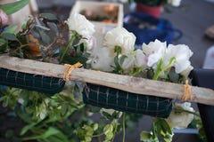 Οι ανθοκόμοι κάνουν μια floral ρύθμιση Στοκ Εικόνες