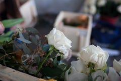 Οι ανθοκόμοι κάνουν μια floral ρύθμιση Στοκ Εικόνα