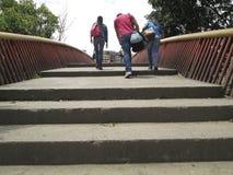 ΟΙ ΑΝΘΡΩΠΟΙ ΠΟΥ ΠΕΡΠΑΤΟΥΝ STAIRS ΓΕΦΥΡΩΝΟΥΝ ΤΟ ΚΑΡΑΚΑΣ ΒΕΝΕΖΟΥΕΛΑ UCV Στοκ φωτογραφία με δικαίωμα ελεύθερης χρήσης