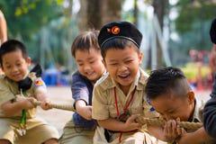 Οι ανιχνεύσεις αγοριών παίζουν τη σύγκρουση στοκ φωτογραφία με δικαίωμα ελεύθερης χρήσης