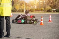 Οι ανταγωνισμοί Karting, ο δικαστής αξιολογούν και βάζουν τα σημεία στους συμμετέχοντες στο karting ανταγωνισμό, στοκ φωτογραφία με δικαίωμα ελεύθερης χρήσης