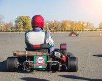 Οι ανταγωνισμοί Karting, ο συμμετέχων κάθονται στο χάρτη και περιμένουν την έναρξη του ανταγωνισμού, αγώνας μηχανών στοκ φωτογραφίες με δικαίωμα ελεύθερης χρήσης