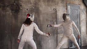 Οι ανταγωνιστές συμμετέχουν ενεργά στην περίφραξη ενός άνδρα και μια γυναίκα εξαπατά η μια την άλλη απόθεμα βίντεο