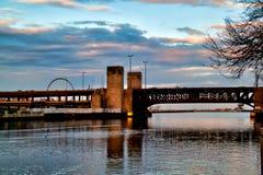 Οι αντανακλάσεις εικονικής παράστασης πόλης ποταμών του Σικάγου ως ουρανός αρχίζουν να καθαρίζουν μετά από μια χειμερινή θύελλα κ στοκ εικόνα με δικαίωμα ελεύθερης χρήσης