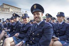 Οι αντιπρόσωποι ανδρών και γυναικών δηλώνουν τις δυνάμεις, ιταλική αστυνομία στοκ φωτογραφία με δικαίωμα ελεύθερης χρήσης