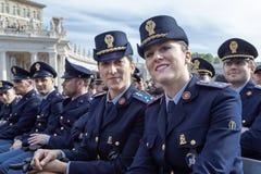 Οι αντιπρόσωποι ανδρών και γυναικών δηλώνουν τις δυνάμεις, ιταλική αστυνομία στοκ εικόνα