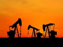 οι αντλίες πετρελαίου σκιαγραφούν τρία Στοκ εικόνα με δικαίωμα ελεύθερης χρήσης