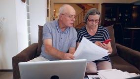 Οι ανώτεροι λογαριασμοί υπολογισμού ζευγών κοστίζουν στο σπίτι φιλμ μικρού μήκους