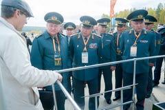 Οι ανώτεροι υπάλληλοι του στρατού του Καζάκου εξετάζουν τον στράτευμα-μεταφορέα Στοκ Φωτογραφία