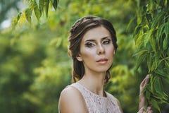 Οι δαπάνες κοριτσιών για έναν κλάδο 3376 δέντρων Στοκ φωτογραφία με δικαίωμα ελεύθερης χρήσης