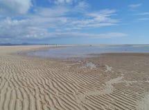 Οι απέραντες αμμώδεις παραλίες Fuerteventura at low tide Στοκ Εικόνες