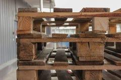 οι απομονωμένες παλέτες δίνουν άσπρο ξύλινο στοκ εικόνα με δικαίωμα ελεύθερης χρήσης
