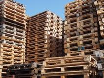 οι απομονωμένες παλέτες δίνουν άσπρο ξύλινο Στοκ Φωτογραφία