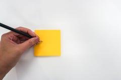 Οι απομονωμένοι άνθρωποι παίρνουν τη χλεύη σημειώσεων επάνω postit για την υπενθύμιση Στοκ Εικόνα