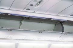 Οι αποσκευές καμπινών στο αεροπλάνο στοκ φωτογραφία με δικαίωμα ελεύθερης χρήσης