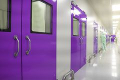 Οι αποστηρωμένες διαβάσεις στις ιδιωτικές κλινικές μέσα στην εσωτερική αίθουσα της εργαστηριακής μελέτης παραγωγής, αναπτύσσουν κ στοκ εικόνα με δικαίωμα ελεύθερης χρήσης