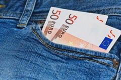 Οι αποδοχές στην τσέπη τζιν κλείνουν επάνω τη σύλληψη Στοκ φωτογραφία με δικαίωμα ελεύθερης χρήσης