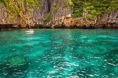 Οι απότομοι βράχοι θάλασσας στην Ταϊλάνδη Στοκ φωτογραφία με δικαίωμα ελεύθερης χρήσης