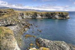 Οι απότομοι βράχοι και ο βασάλτης λικνίζουν κοντά σε Arnarstapi, χερσόνησος Snaefellsnes Στοκ Φωτογραφίες