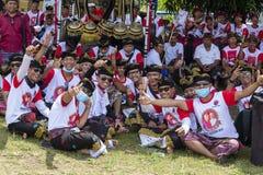 Οι από το Μπαλί νέοι τύποι συμμετέχουν σε μια τελετή οδών, κατά τη διάρκεια μιας προεκλογικής συνάθροισης, το ινδονησιακό δημοκρα στοκ εικόνες