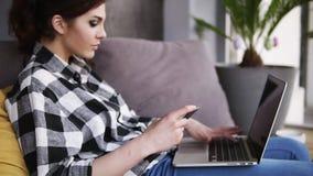 Οι αριθμοί δακτυλογράφησης κοριτσιών από την κάρτα στον υπολογιστή Επιτυχώς τελειωμένη, συνεχίζει να δακτυλογραφεί στο lap-top απόθεμα βίντεο