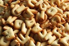 Οι αριθμοί και οι επιστολές από τα μπισκότα κλείνουν επάνω στο άσπρο υπόβαθρο Στοκ εικόνες με δικαίωμα ελεύθερης χρήσης