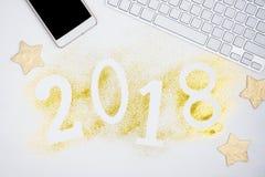 Οι αριθμοί το 2018 πυράκτωσης πολυτέλειας που γίνεται από χρυσό λαμπρό ακτινοβολούν στον άσπρο πίνακα με το πληκτρολόγιο και και  Στοκ φωτογραφία με δικαίωμα ελεύθερης χρήσης