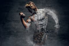 Οι αρσενικοί αθλητικοί τύποι αρχαίου Έλληνα κρατούν τον αλτήρα Στοκ Φωτογραφία