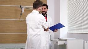 Οι αρσενικοί γιατροί στη συνεδρίαση των δωματίων νοσοκομείων και αρχίζουν φιλμ μικρού μήκους