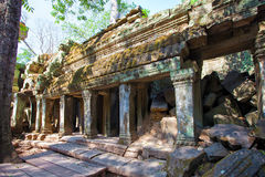 Οι αρχαίες καταστροφές ενός ιστορικού Khmer ναού στο ναό compl Στοκ εικόνα με δικαίωμα ελεύθερης χρήσης