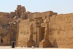 Οι αρχαίες καταστροφές του ναού Karnak η γυναίκα στο Μαύρο πηγαίνουν στο ναό Στοκ Εικόνες