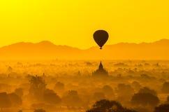Οι αρχαίοι ναοί Bagan (ειδωλολατρικού) με το μπαλόνι αύξησης ανωτέρω, Μ Στοκ εικόνα με δικαίωμα ελεύθερης χρήσης
