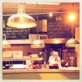 Οι αρχιμάγειρες εργάζονται στην κουζίνα Στοκ Εικόνες