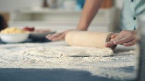 Οι αρχιμάγειρες χεριών στο αλεύρι κυλούν τη ζύμη απόθεμα βίντεο