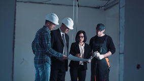 Οι αρχιτέκτονες και οι μηχανικοί που συζητούν το σχεδιάγραμμα Στοκ Φωτογραφίες