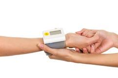 Οι ασθενείς οπλίζουν με το μετρητή μέτρου γλυκόζης γύρω από τα χέρια καρπών και γιατρών που κρατά την υποστήριξη Στοκ Φωτογραφίες