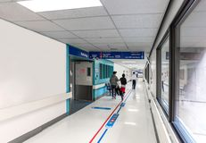 Οι ασθενείς πηγαίνουν στη νευρολογία στο διάδρομο νοσοκομείων στο γιατρό στοκ εικόνα
