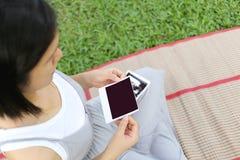 Οι ασιατικές έγκυοι γυναίκες παρουσιάζουν η εικόνα μωρών ταινιών ότι υπερήχου σε την είναι Στοκ εικόνες με δικαίωμα ελεύθερης χρήσης