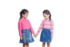 Οι ασιατικές δίδυμες αδελφές που κρατούν τα χέρια εξετάζουν το χέρι Στοκ Εικόνα