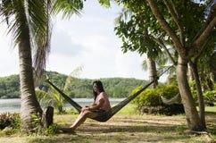 Οι ασιατικές γυναίκες κάθονται και χαλαρώνοντας στο betwee ένωσης αιωρών επίπλων Στοκ φωτογραφία με δικαίωμα ελεύθερης χρήσης