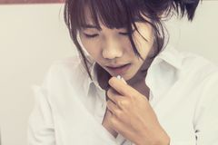 Οι ασιατικές γυναίκες παίρνουν μια ιατρική στο κρεβάτι στοκ φωτογραφία με δικαίωμα ελεύθερης χρήσης