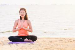 Οι ασιατικές ιδιαίτερες προσοχές γυναικών και να κάνουν τη γιόγκα χεριών namaste θέτουν και medi Στοκ Εικόνα