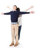 Οι ασιατικές πλάτη με πλάτη και ανοικτές αγκάλες ζευγών αισθάνονται ελεύθερες Στοκ φωτογραφία με δικαίωμα ελεύθερης χρήσης