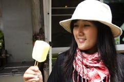 Οι ασιατικές ταϊλανδικές γυναίκες αγοράζουν και το παλαιό ταϊλανδικό ύφος παγωτού εκμετάλλευσης επάνω Στοκ εικόνα με δικαίωμα ελεύθερης χρήσης