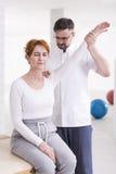 Οι ασκήσεις μπορούν να βοηθήσουν να ανακουφίσουν τον πόνο Στοκ Εικόνες