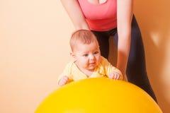Οι ασκήσεις μωρών Στοκ Φωτογραφίες