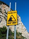 Οι ασταθείς απότομοι βράχοι κρατούν μακριά το σημάδι Στοκ φωτογραφία με δικαίωμα ελεύθερης χρήσης