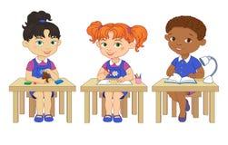 Οι αστείοι μαθητές κάθονται στα γραφεία που διαβάζονται σύρουν την απεικόνιση κινούμενων σχεδίων αργίλου απεικόνιση αποθεμάτων