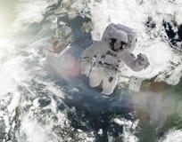 Οι αστροναύτες εργάζονται στα δορυφορικά στοιχεία αυτής της εικόνας που εφοδιάζεται από τη NASA Στοκ Φωτογραφίες